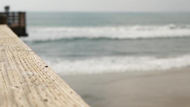 Corrimãos do cais de madeira, calçadão à beira-mar, praia, costa da califórnia, eua. ondas do oceano.