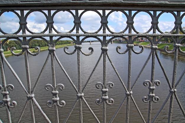 Corrimões da ponte através do rio maior