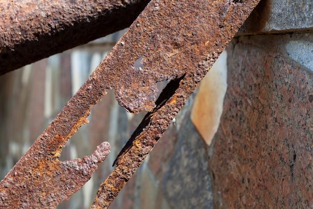 Corrosão de estruturas metálicas fragmento de suporte enferrujado oxidação ativa e destruição de aço