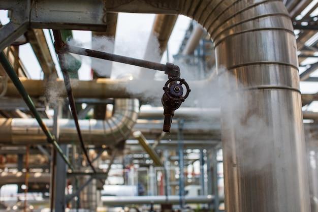Corrosão enferrujada através da tubulação de vazamento de gás de vapor do tubo de encaixe no isolamento