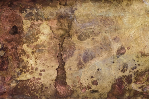 Corrosão forte da superfície de metal.