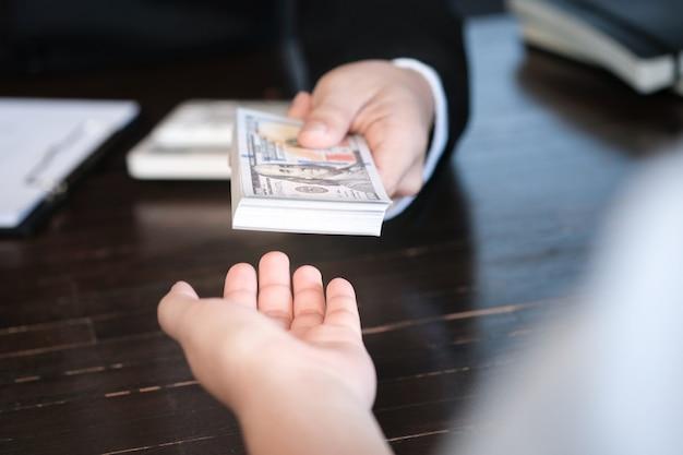 Corrupção de empresários. homem dando dinheiro de suborno.