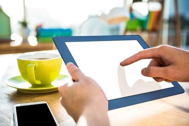 Cortada a imagem do empresário moderno, usando o tablet no escritório