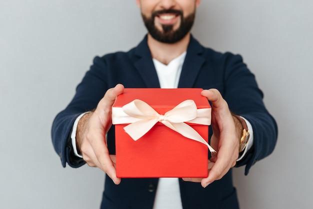 Cortada a imagem do homem barbudo sorridente em roupas de negócios