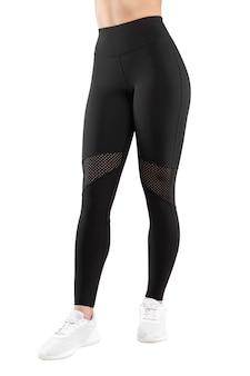 Cortada a imagem frontal de uma figura feminina em um sportswear preto apertado, fundo branco isolado. visão vertical.