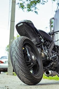Cortada perto tiro de moto bonita e personalizada estacionada na rua