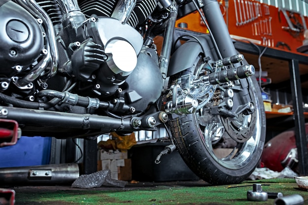 Cortada perto tiro de moto bonita e personalizada na oficina
