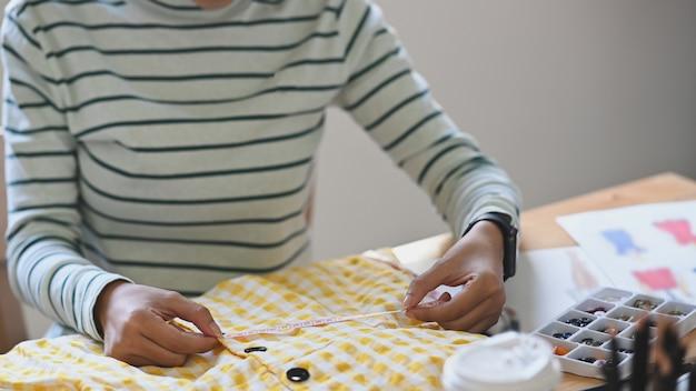 Cortada tiro feminino designer trabalhando seu projeto.
