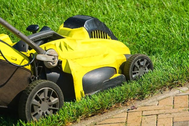 Cortador de grama. cortador de grama.