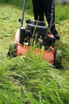 Cortador de grama em campo