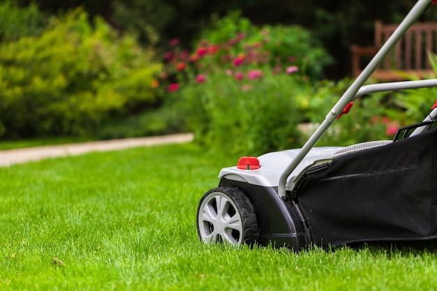 Cortador de grama em um gramado
