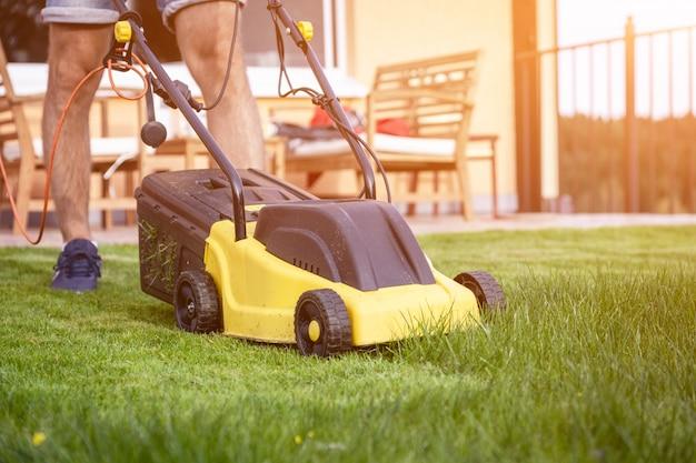 Cortador de grama na grama verde