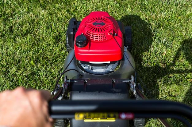 Cortador de grama no gramado.