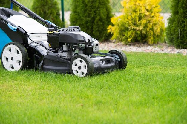 Cortador de grama no jardim.