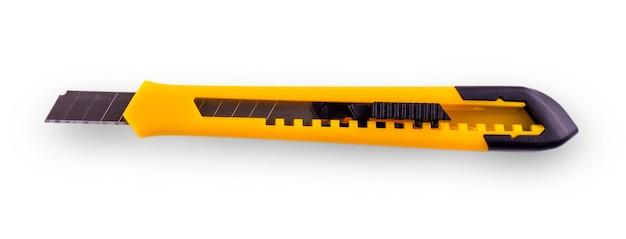 Cortador de papel amarelo com lâmina aberta, isolado