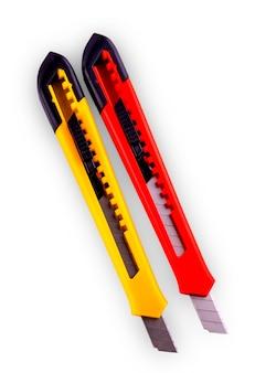 Cortador de papel amarelo e vermelho com lâmina aberta, isolado