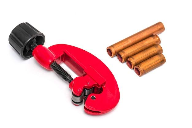 Cortador de tubos vermelho e tubos de cobre com conectores para reparos de encanamento