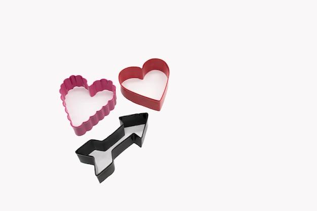 Cortadores de biscoitos em forma de coração em fundo branco para biscoitos caseiros para o dia dos namorados