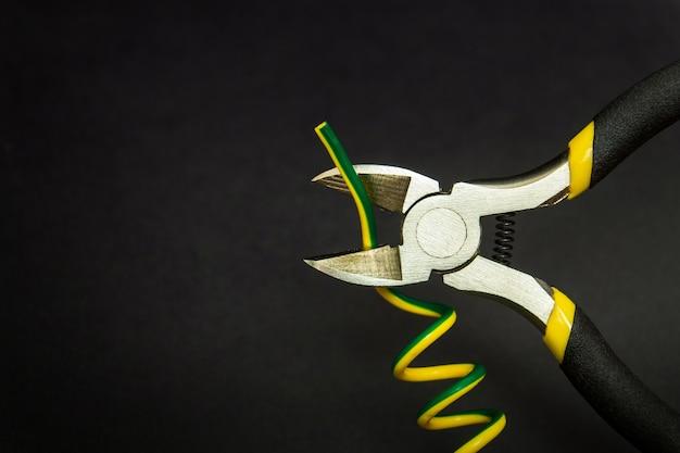 Cortadores de fio e close-up de fio em fundo preto