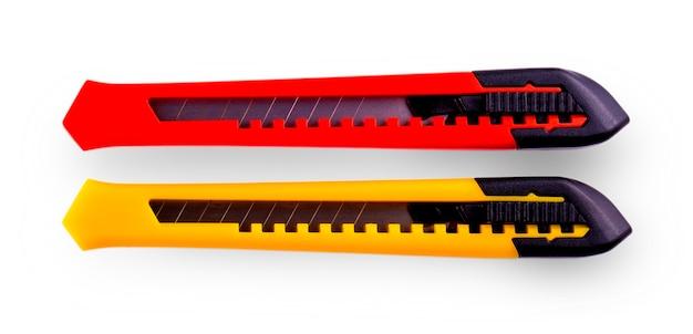 Cortadores de papel amarelo e vermelho com lâmina fechada, isolados