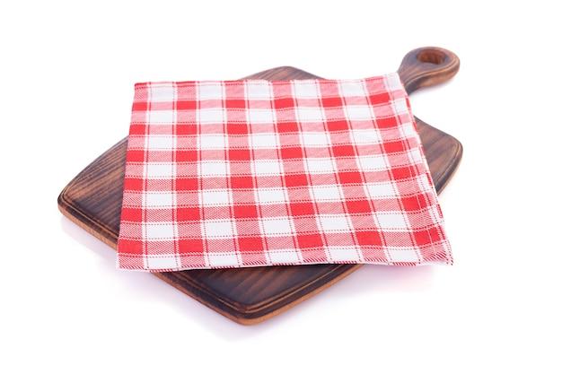 Cortando a placa de madeira e a toalha de mesa de guardanapo, isolada no fundo branco