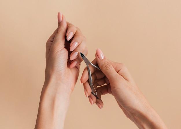 Cortando cutículas saudável linda manicure