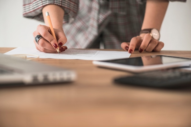 Cortar a mulher escrevendo no papel