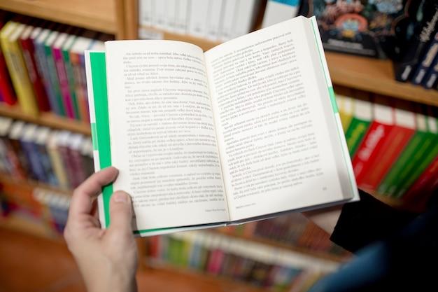 Cortar a pessoa lendo na livraria