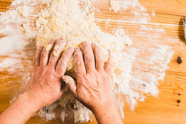 Cortar as mãos amassando a massa