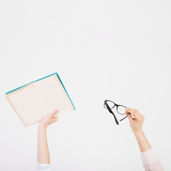 Cortar as mãos com o livro e os óculos