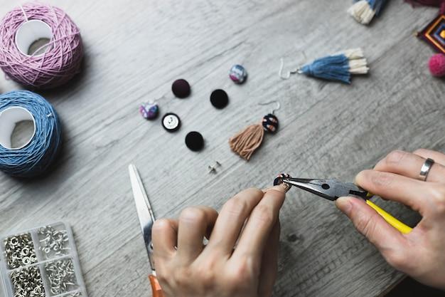 Cortar as mãos de acessórios de artesanato