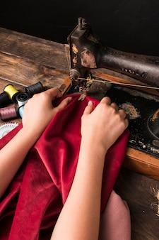 Cortar as mãos de costura na máquina antiga