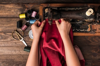 Cortar as mãos de costura na máquina