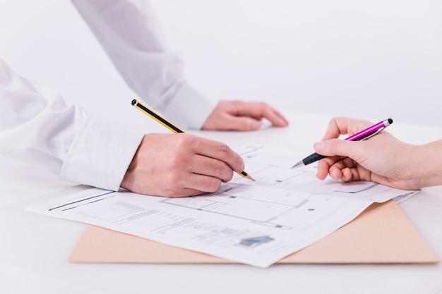 Cortar as mãos fazendo anotações no blueprint