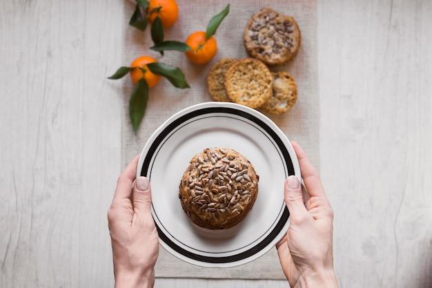 Cortar as mãos segurando o prato com o pão