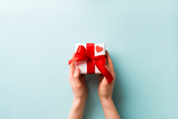 Cortar as mãos segurando pequena caixa de presente