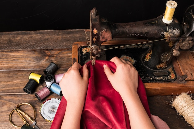 Cortar as mãos usando a máquina de costura antiga