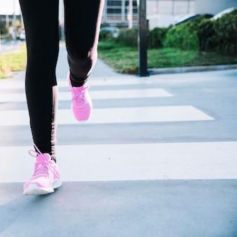 Cortar as pernas correndo no crosswalk
