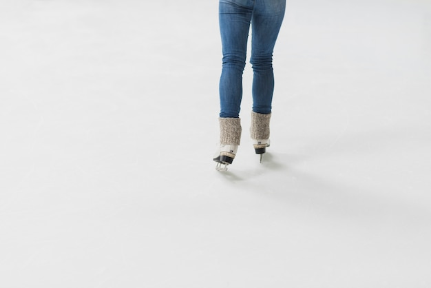 Cortar as pernas que patinam no gelo