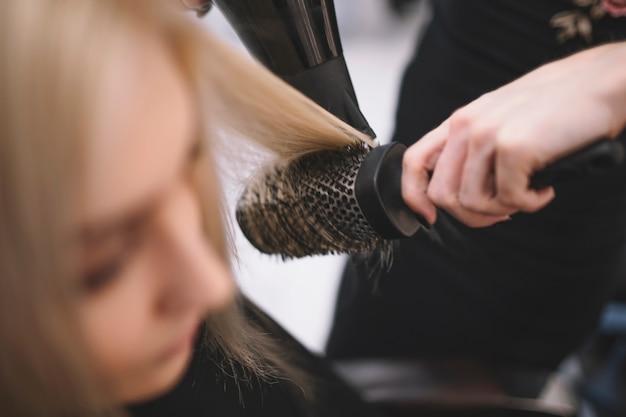 Cortar cabelos hairstylist com escova
