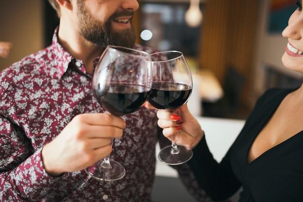 Cortar casal alegre celebrando com vinho
