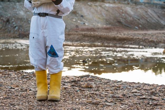 Cortar criança em traje espacial na água