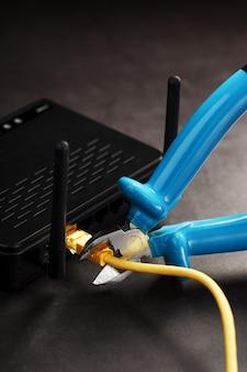 Cortar e desconectar a conexão de rede da internet com um alicate de corte