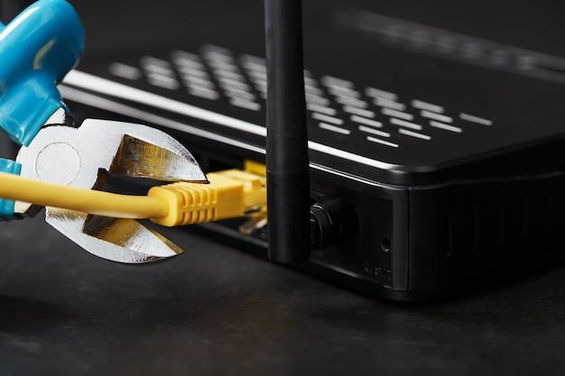 Cortar e desconectar a conexão de rede da internet com um alicate de corte.