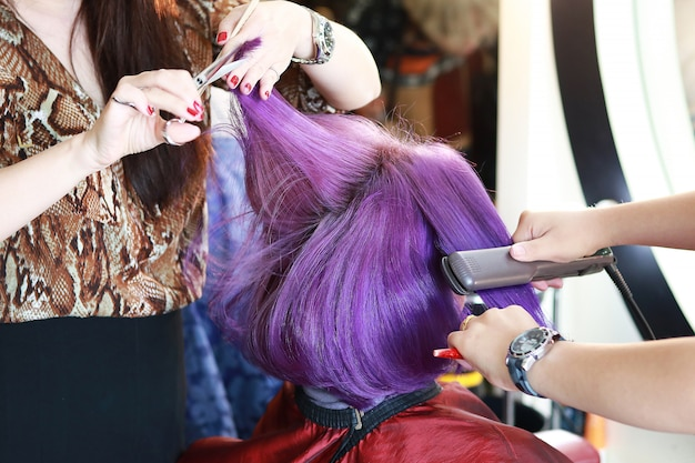 Cortar e passar no cabelo violeta