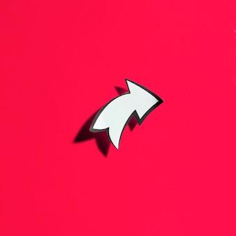 Cortar em branco seta direcional branca com borda preta sobre fundo vermelho