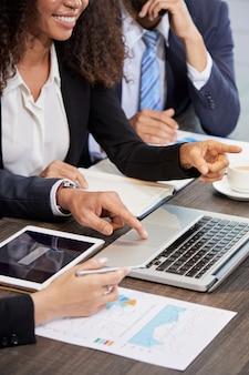 Cortar empresários usando laptop