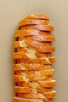 Cortar fatias de pão branco com grãos
