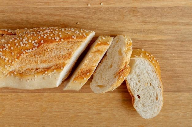 Cortar fatias de pão com sementes