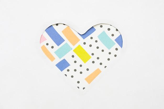 Cortar forma de coração de papel na mesa de luz